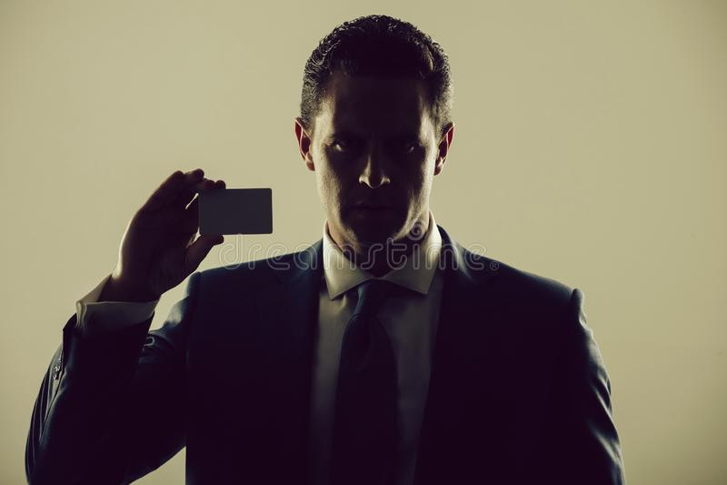 Negocio de la sombra, banco de la tenencia del hombre de negocios o tarjeta de visita fotos de archivo libres de regalías