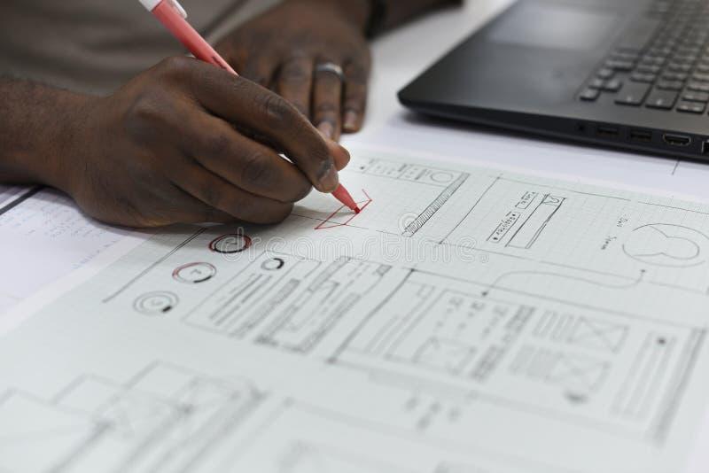 Negocio de lanzamiento Person Designing en la disposición del contenido del sitio web en P foto de archivo libre de regalías