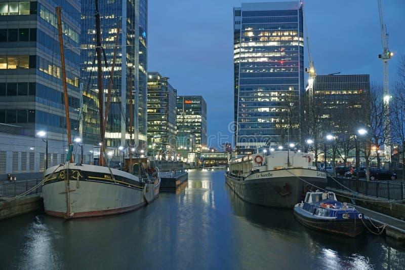 Negocio del paisaje de la noche del canal de agua del edificio de oficinas de los barcos de Canary Wharf Londres del muelle de Cr fotos de archivo libres de regalías