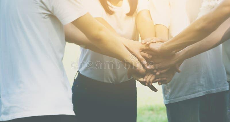 Negocio del trabajo en equipo del equipo unirse al concepto de la mano junto, poder de masculino foto de archivo libre de regalías