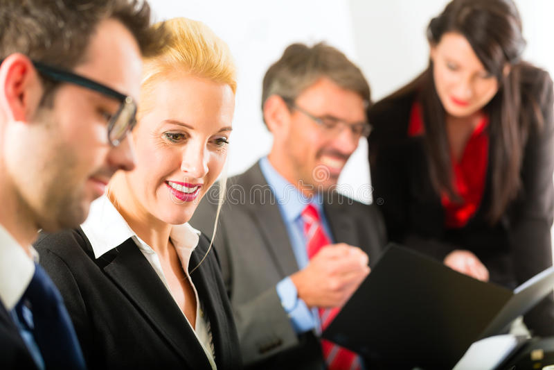 Negocio - empresarios, reunión y presentación en oficina fotografía de archivo