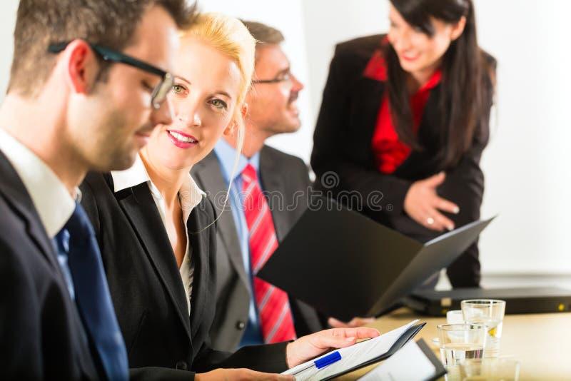 Negocio - empresarios, reunión y presentación en oficina imagen de archivo libre de regalías