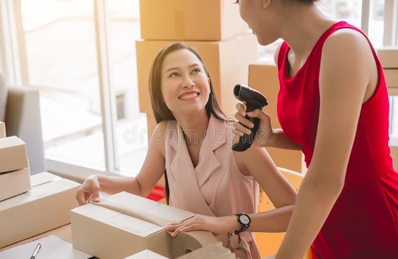 Negocio en línea de la PME del upentrepreneur del comienzo, dueño asiático hermoso de las mujeres de la pequeña empresa que traba imágenes de archivo libres de regalías