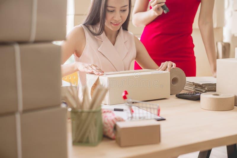 Negocio en línea de la PME, upentrepreneur del comienzo, dueño asiático hermoso de las mujeres de la pequeña empresa que trabaja  fotos de archivo