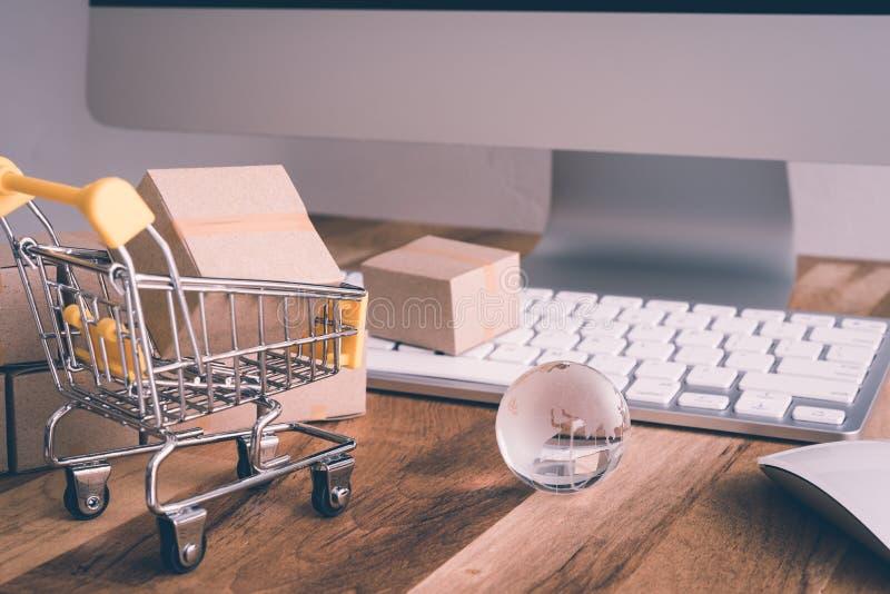 Negocio global del transporte de las compras de Internet en línea, cardbo foto de archivo