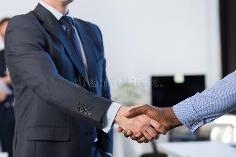 Negocio irreconocible Team Coworkers del centro de Coworking del acuerdo de la mano de la sacudida del hombre de negocios de la r fotos de archivo libres de regalías