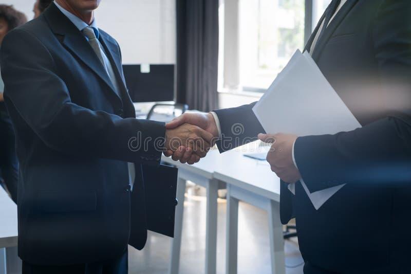 Negocio irreconocible Team Coworkers del centro de Coworking del acuerdo de la mano de la sacudida del hombre de negocios dos fotos de archivo libres de regalías