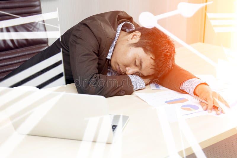 Negocio joven soñoliento y cansado del trabajo difícilmente foto de archivo