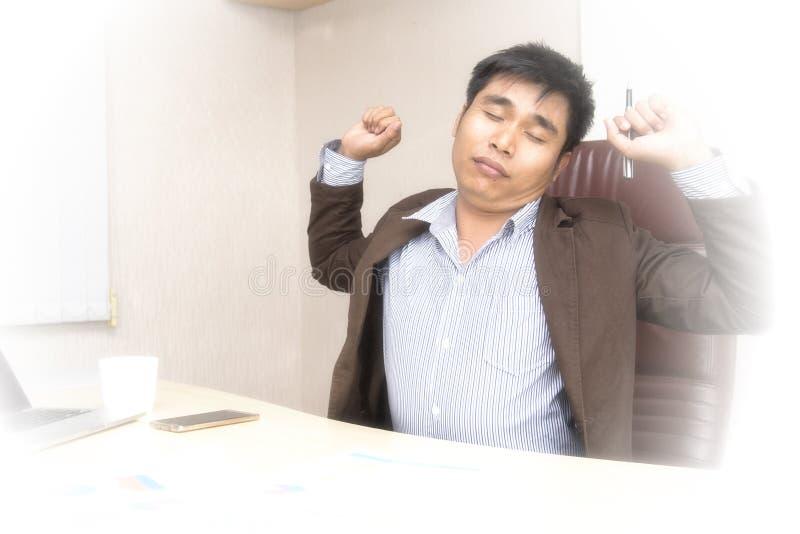 Negocio joven soñoliento y cansado del trabajo difícilmente fotos de archivo libres de regalías