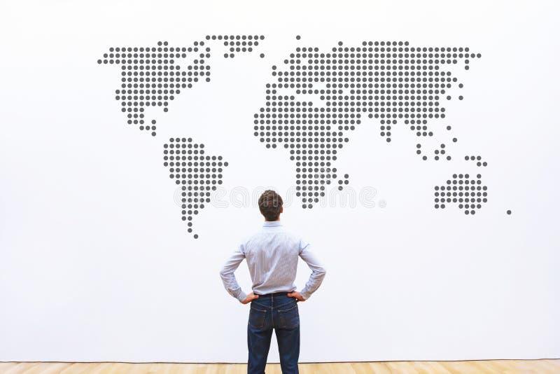 Negocio mundial, compañía internacional, hombre de negocios que mira a AR el mapa del mundo fotos de archivo