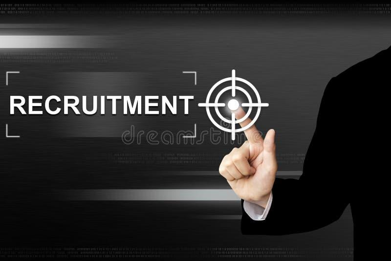 Negocio que empuja el botón del reclutamiento manualmente en la pantalla táctil fotos de archivo
