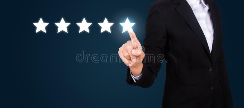 Negocio que señala la estrella cinco para aumentar el grado imagen de archivo libre de regalías