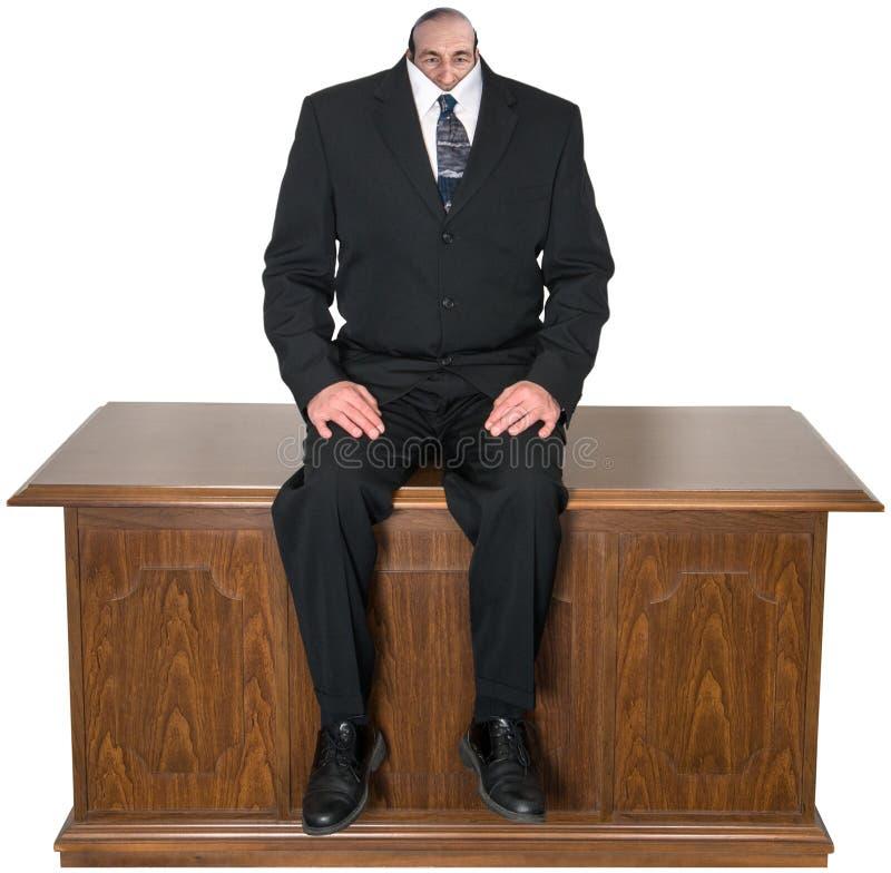 Negocio surrealista, escritorio de oficina, aislado, hombre, pequeña cabeza foto de archivo