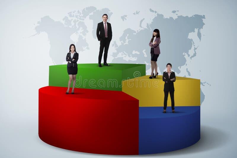 Negocio Team Standing On Pie Chart imagenes de archivo