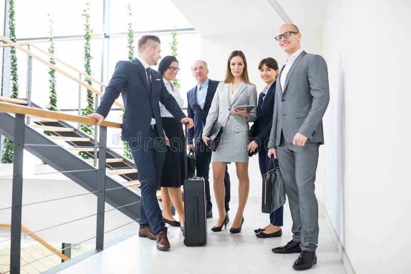 Negocio Team Standing Together On Corridor en oficina foto de archivo libre de regalías