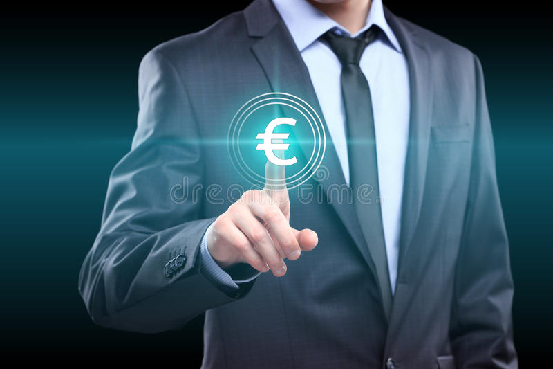 Negocio, tecnología, concepto del establecimiento de una red - hombre de negocios que presiona el botón euro en las pantallas vir imágenes de archivo libres de regalías