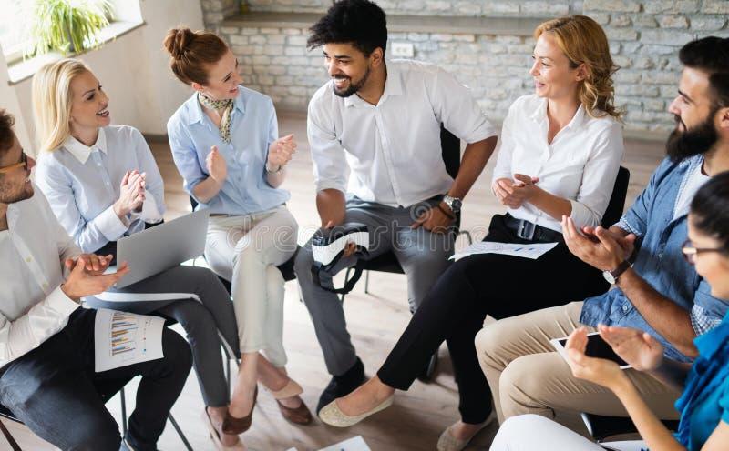 Negocio, tecnología y concepto de la gente - equipo o diseñadores creativos que trabajan en oficina imagenes de archivo
