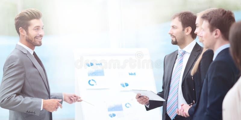Negocio y concepto de la oficina - el negocio sonriente combina el trabajo adentro foto de archivo