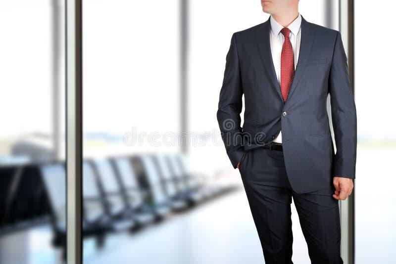 Negocio y concepto de la oficina - hombre de negocios joven elegante de moda en un traje del azul/de la marina de guerra fotografía de archivo