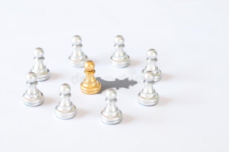 Negocio y concepto del líder, piezas de ajedrez con el sábalo del ajedrez del rey del oro foto de archivo