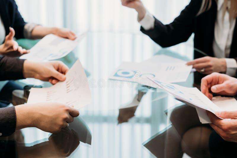 Negocjaci biznesowy partnerstwo opowiada współpracę zdjęcie royalty free