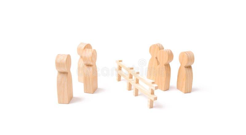 Negocjacje biznesmeni Drewniany ogrodzenie dzieli dwa grupy dyskutuje skrzynkę Wygaśnięcie i awaria powiązania zdjęcia stock