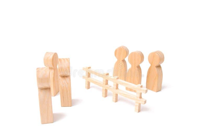 Negocjacje biznesmeni Drewniany ogrodzenie dzieli dwa grupy dyskutuje skrzynkę Wygaśnięcie i awaria powiązania, br fotografia royalty free