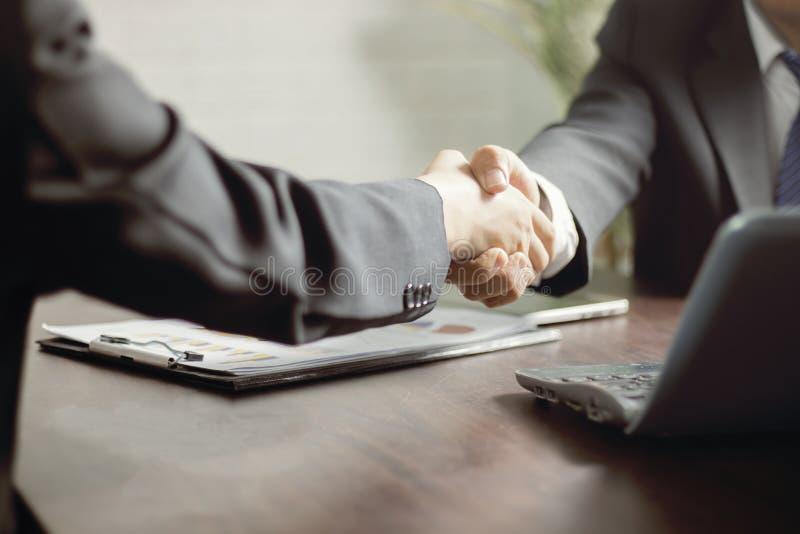 negocjacje i biznesowego sukcesu pojęcie, biznesmeni trząść h obrazy royalty free