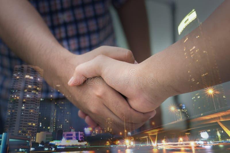 negocjacje i biznesowego sukcesu pojęcie, biznesmeni trząść rękę obrazy royalty free