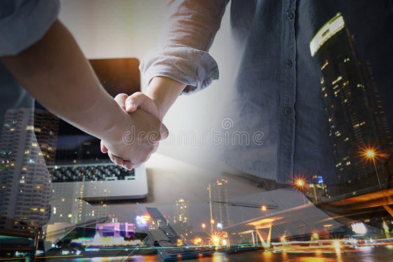 negocjacje i biznesowego sukcesu pojęcie, biznesmeni trząść rękę zdjęcia royalty free