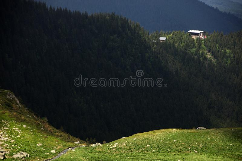 Negoiu瑞士山中的牧人小屋在Transylvanian阿尔卑斯 夏天山风景在日落的Transylvanian阿尔卑斯 库存图片