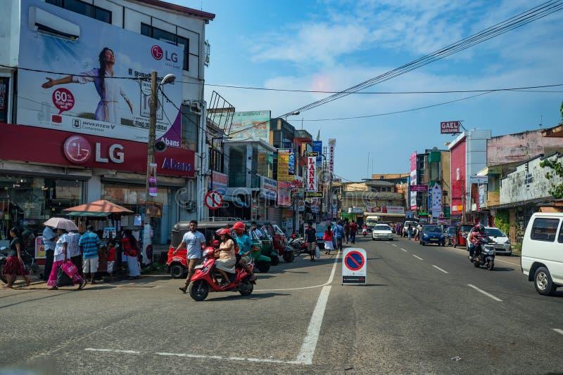 NEGOMBO,斯里兰卡- 2016年12月:城市街道在晴天 免版税图库摄影