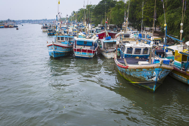 NEGOMBO, ΣΡΙ ΛΑΝΚΑ - 30 Νοεμβρίου: Τοπικοί ψαράδες και η βάρκα τους στοκ εικόνες