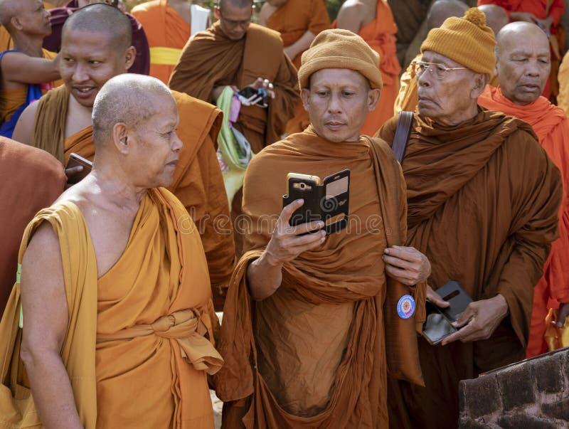 Negombo Sri Lanka - 2019-03-22 - munkar samlar tillsammans, och en telefonkamera kommer ut royaltyfri fotografi
