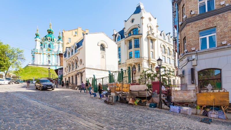 Negozi di ricordo sulla discesa e sulla chiesa di Andriyivskyy immagine stock libera da diritti