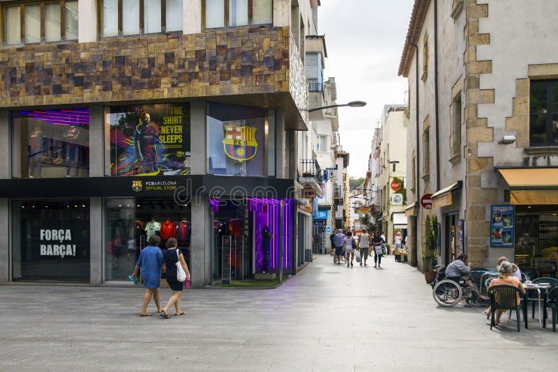 Negozi e caffè vicino alle vie strette di Lloret de Mar Città di Lloret, Spagna fotografie stock libere da diritti