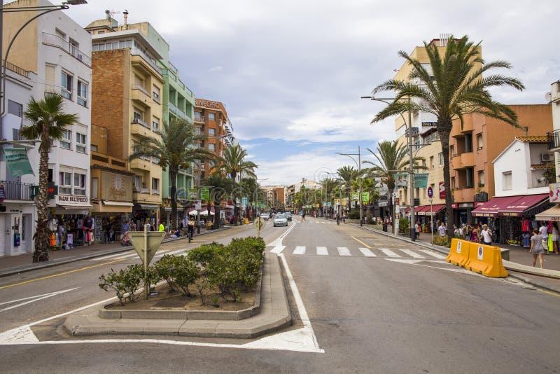 Negozi e caffè vicino alle vie strette di Lloret de Mar Città di Lloret, Spagna immagine stock libera da diritti