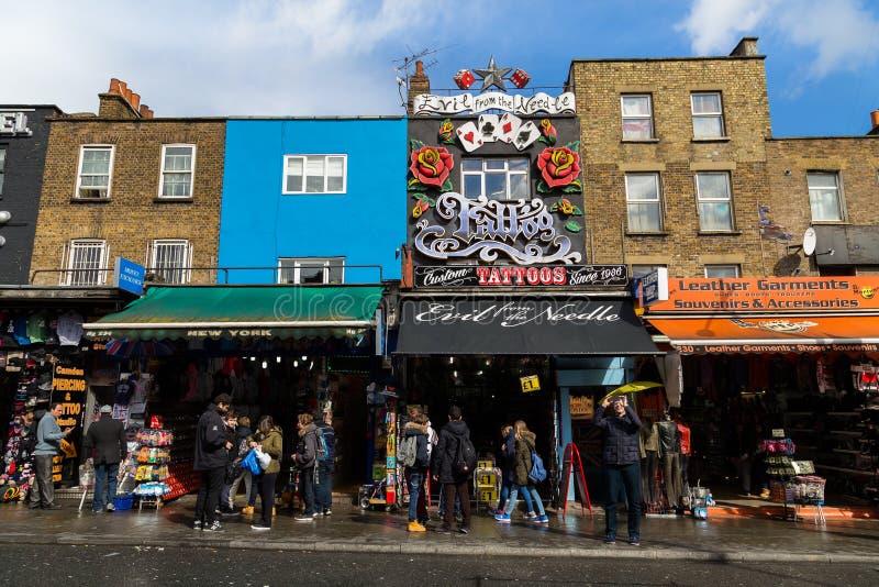 Negozi e costruzioni in Camden Town fotografia stock