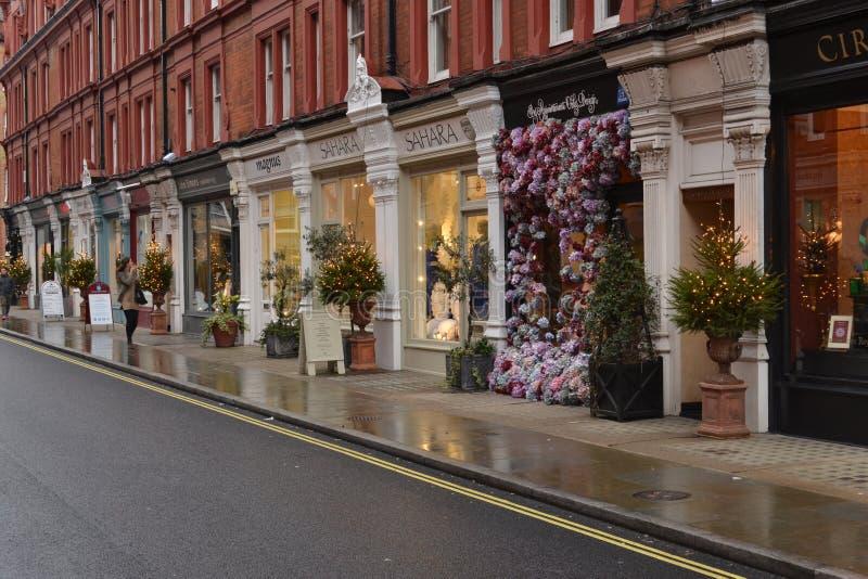 Negozi nelle decorazioni degli alberi di Natale della via di Londra Chiltern fotografia stock