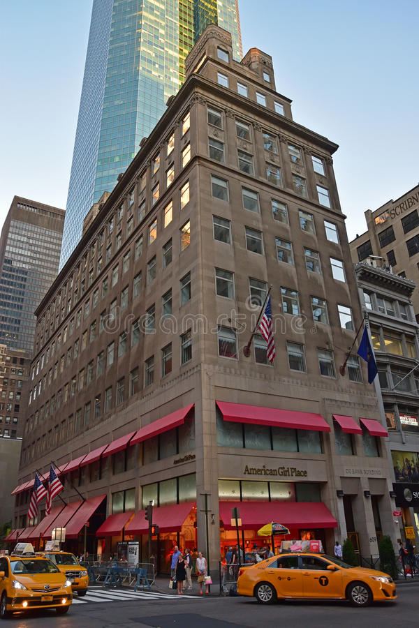 Negozio americano del posto della ragazza lungo Fifth Avenue, New York immagine stock libera da diritti