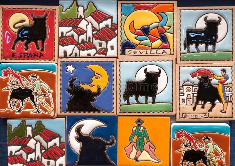 Negozio con i magneti variopinti del ricordo per i turisti con i simboli popolari di tradizione dell'Andalusia, di Sevilla e di c fotografia stock