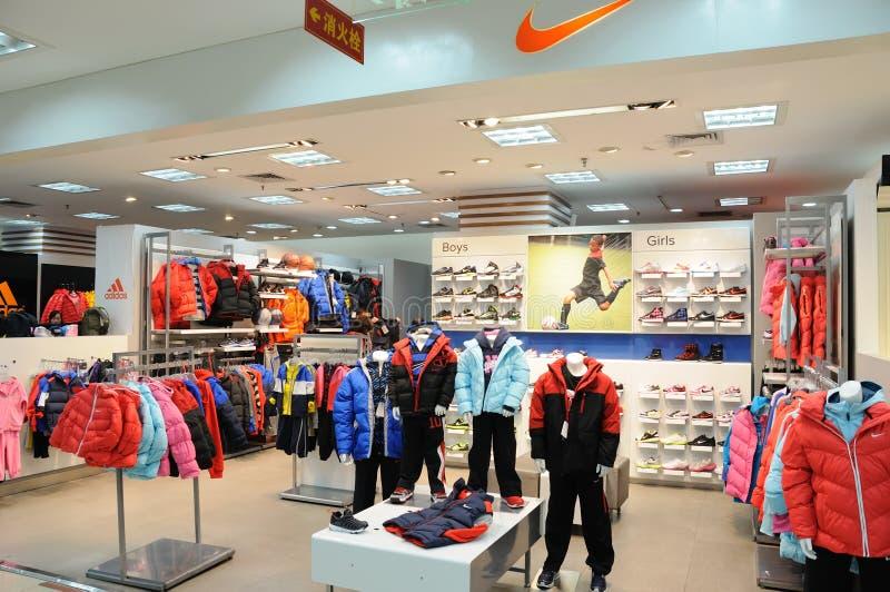 Negozio dei ragazzi e dei girs Nike fotografia stock