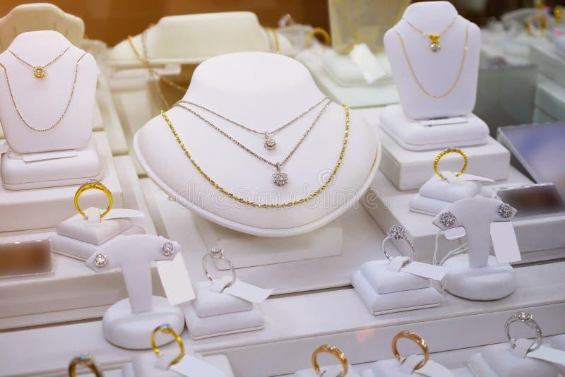 Negozio del diamante dei gioielli con gli anelli e le collane di lusso fotografie stock libere da diritti