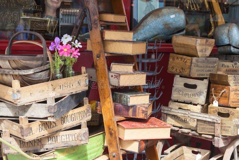 Negozio del ` s di Alice, negozio antico famoso alla strada di Portobello, shopwindow, Londra, Regno Unito immagine stock