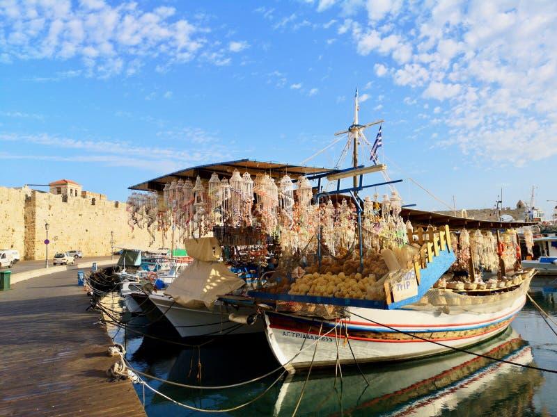 Negozio della barca nel porto di Mandraki, Rodi, Grecia immagini stock