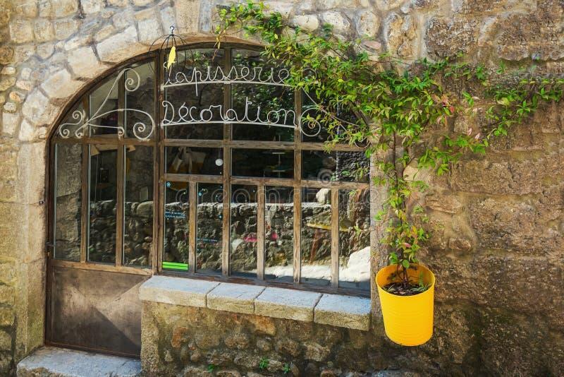 Negozio della decorazione nel vecchio villaggio di Labeaume nel Ardeche con riferimento a fotografia stock
