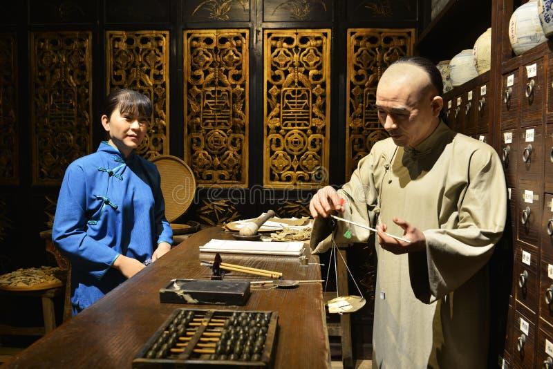 Negozio della medicina di erbe del cinese tradizionale, figura di cera, arte della cultura della Cina fotografia stock libera da diritti