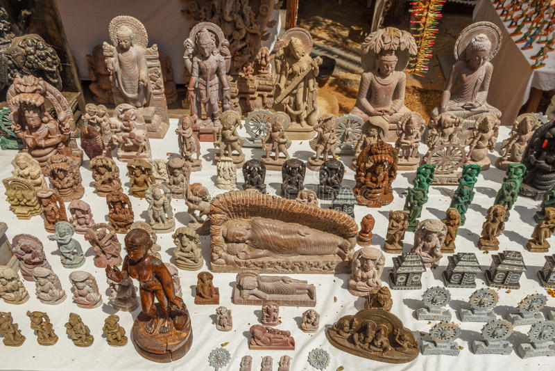 Negozio della via con le multi sculture graduate di Buddha ed altre multi statue o sculture ed opere d'arte affrontate, Chennai,  fotografie stock libere da diritti