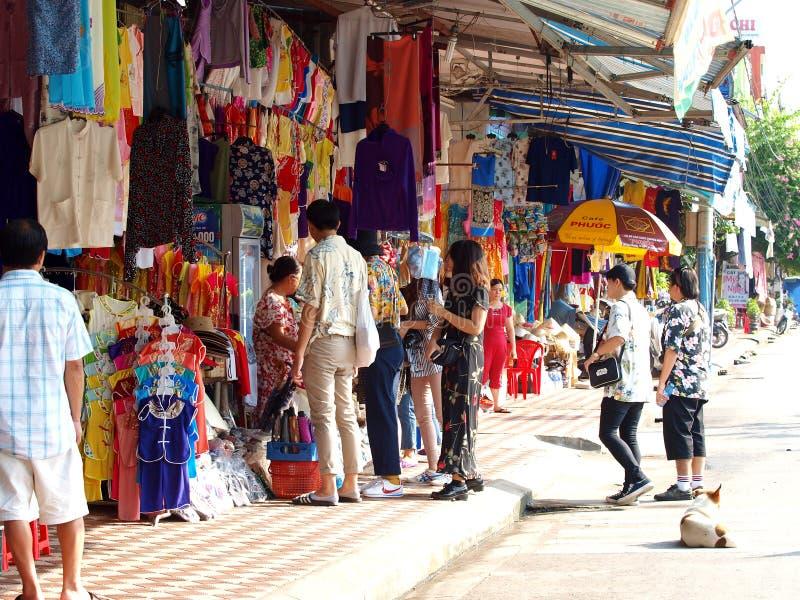 Negozio della via vicino al posto dell'eredità culturale del mondo nella città di TONALITÀ del VIETNAM immagine stock