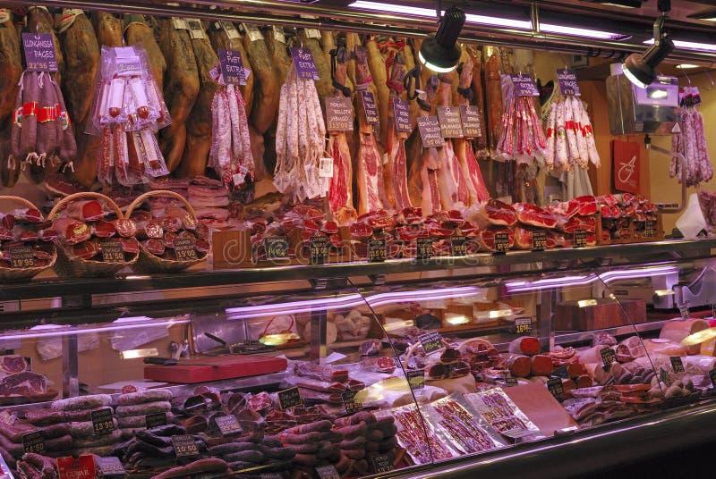 Negozio delle specialità gastronomiche nel mercato. Barcellona. La Spagna immagini stock libere da diritti